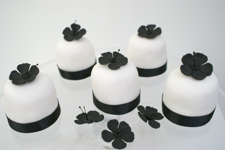 'Bold Blossom' mini wedding cakes